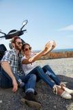 Selfie пар принятое около океана стоковые фотографии rf
