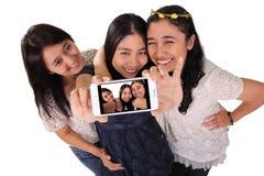 Selfie подруг на изолированном экране телефона стоковое фото rf