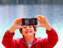 Selfie ребенка с предпосылкой высокогорного озера Стоковая Фотография RF