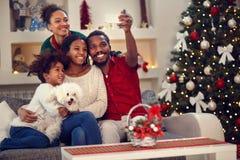 Selfie рождества - семья Афро американская делая selfie Стоковая Фотография