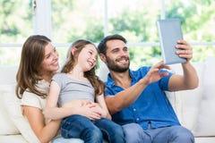 Selfie счастливой семьи щелкая с цифровой таблеткой Стоковое Фото