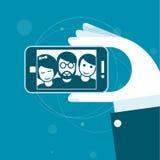 Selfie с друзьями - smartphone в руке Стоковое фото RF