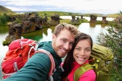 Selfie -在湖Myvatn冰岛的旅行夫妇 库存图片