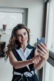 Selfie年轻美丽的女孩 库存图片