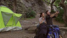 Ζεύγος των τουριστών που κάνουν selfie στη κάμερα απόθεμα βίντεο