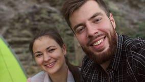 Δύο τουρίστες που κάνουν μια συνεδρίαση selfie στα βουνά απόθεμα βίντεο