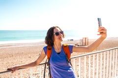 Девушка принимает selfie на пляже стоковое изображение