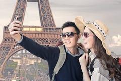 亚洲夫妇旅行和采取selfie 库存照片