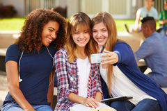 Женские студенты средней школы принимая Selfie на кампусе Стоковое Фото