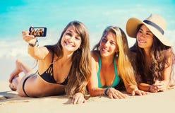 采取Selfie的女孩在海滩 图库摄影