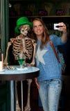 采取万圣夜selfie的女孩 库存照片
