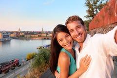 采取selfie自画象的夫妇在斯德哥尔摩 免版税库存图片