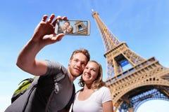 愉快的夫妇selfie在巴黎 库存图片