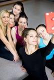 摆在为selfie,自画象的小组美丽的运动的女孩 库存图片
