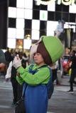 路易在时代广场采取一selfie 免版税库存照片