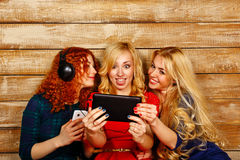 听到在耳机的音乐的姐妹和做selfie 免版税图库摄影