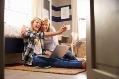 一起采取selfie的母亲和女儿在家 免版税库存照片