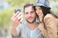 采取selfie的愉快的年轻夫妇 免版税库存图片