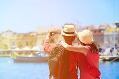 做selfie照片的旅游夫妇在马耳他 免版税库存照片