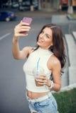 采取在街道的美丽,性感的女孩一selfie 免版税库存图片