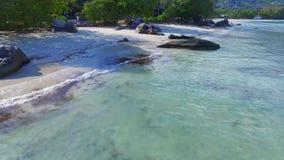 Selfie aéreo de un par joven 2, Beau Vallon Beach, Mahe Island, Seychelles almacen de metraje de vídeo