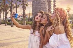 Selfie adolescente do tiro do grupo das meninas dos melhores amigos fotografia de stock royalty free