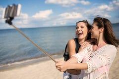 Selfie amical sur la plage Photo libre de droits