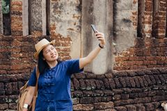 Selfie asiático da mulher do turista em antigo do arco tailandês do templo do pagode imagens de stock royalty free