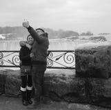 Selfie asiático das quedas de Nigara dos pares preto e branco fotografia de stock