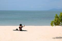 Selfie asiático de los turistas de las muchachas en la playa Foto de archivo libre de regalías