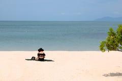 Selfie asiático de los turistas de las muchachas en la playa Fotos de archivo libres de regalías