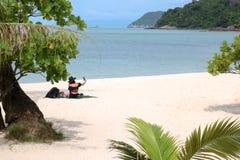 Selfie asiático de los turistas de las muchachas en la playa Fotos de archivo