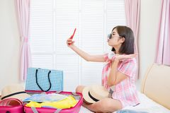Selfie asiatique de beaut? en emballant image stock