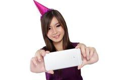 Selfie asiatique heureux de fille de partie, sur le blanc photo libre de droits