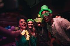 Selfie av beröm för dag för StPatrick ` s i nattklubb royaltyfria foton