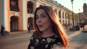 Selfie av den roliga attraktiva flickan lager videofilmer