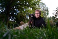 Selfie av mannen som rymmer den älsklings- hunden Royaltyfria Foton