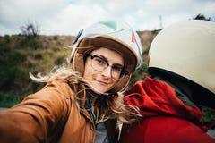 Selfie av motorcykelpassageraren, ung kvinna royaltyfria foton