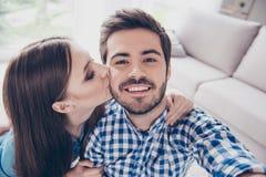 Selfie avec ma moitié images 3d d'isolement sur le fond blanc Le jeune couple attrayant prend Photo libre de droits