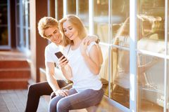 Selfie avec Smartphone, jeune couple heureux images libres de droits