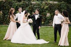 Selfie beau de marié avec de beaux demoiselles d'honneur et garçons d'honneur d'amusement Images libres de droits