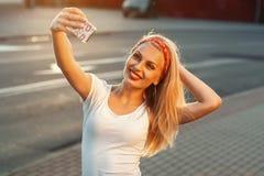 Selfie, bella ragazza presa le immagini del suo auto, instagram fotografie stock