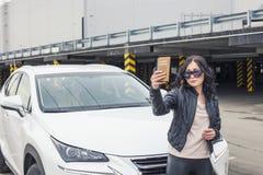 Selfie bonito do modelo da mulher na frente de seu carro Fotografia de Stock Royalty Free