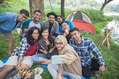 Selfie campant d'amis ensemble Photo stock