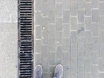 Selfie cieki i siwieje buty na bruku tle obraz stock