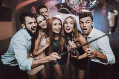 Selfie club La gente joven canta canciones Gran humor imagen de archivo