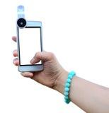 Selfie com a mulher que guarda a lente de fisheye da vara do smartphone com imagem do autorretrato fotografia de stock