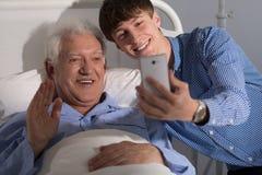 Selfie con il nonno in ospedale fotografia stock