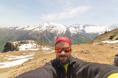 Selfie con le alpi nei precedenti Immagini Stock Libere da Diritti