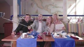 Selfie con un palillo del selfie en un restaurante almacen de video